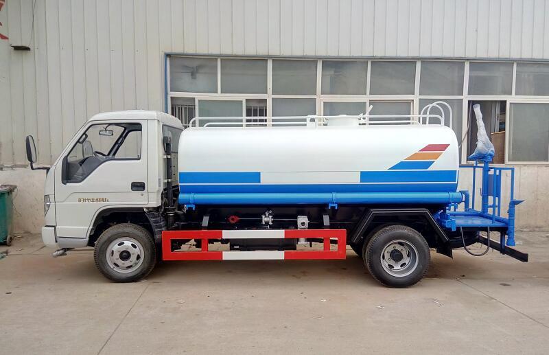 福田小卡5吨洒水车侧面图